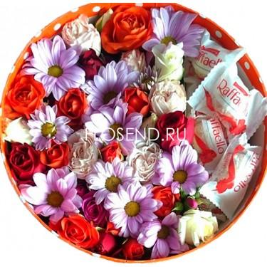 Хризантема и розы раффаэлло в коробке